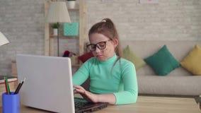 Το πορτρέτο ενός έφηβη με μια ατέλεια ή το πρόσωπο καίει τη χρησιμοποίηση ενός lap-top ή ενός υπολογιστή απόθεμα βίντεο