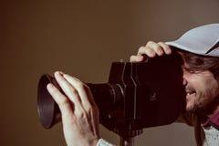Το πορτρέτο ενός ατόμου με μια γενειάδα κάνει τον κινηματογράφο κινηματογράφων στοκ φωτογραφία με δικαίωμα ελεύθερης χρήσης