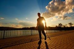 Το πορτρέτο ενός ατόμου παίρνει ένα σπάσιμο από το τρέξιμο Ομιλία στο phon Στοκ Εικόνες