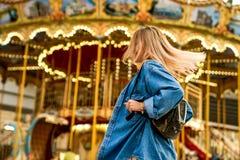 Το πορτρέτο ενός κοριτσιού στο αμερικανικό ύφος σε μια ταλάντευση γελά και χαίρεται στοκ εικόνα με δικαίωμα ελεύθερης χρήσης