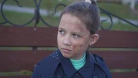 Το πορτρέτο ενός λυπημένου έφηβη με το μμένο πρόσωπο κρύβει το πρόσωπό της κάτω από μια κουκούλα απόθεμα βίντεο