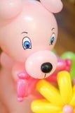 Το πορτρέτο ενός παιχνιδιού παιδιών ` s αντέχει φιαγμένος από μπαλόνια Στοκ Φωτογραφία