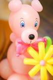 Το πορτρέτο ενός παιχνιδιού παιδιών ` s αντέχει φιαγμένος από μπαλόνια Στοκ εικόνα με δικαίωμα ελεύθερης χρήσης
