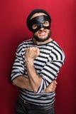 Το πορτρέτο ενός υ ληστή απειλεί με μια πυγμή Στοκ Εικόνες