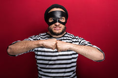 Το πορτρέτο ενός υ κλέφτη απειλεί με μια πυγμή Στοκ Εικόνα