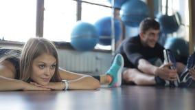 Το πορτρέτο ενός όμορφου αθλητή γυναικών πέφτει εύκολα φιλμ μικρού μήκους