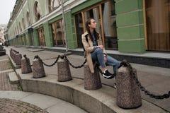 Το πορτρέτο ενός όμορφου νέου κοριτσιού hipster περπατά μέσω των οδών την παλαιά πόλης διασκέδαση και το χαμόγελο Στοκ φωτογραφία με δικαίωμα ελεύθερης χρήσης