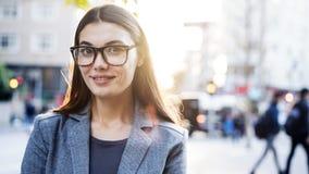 Το πορτρέτο επιχειρηματιών εξετάζει τη κάμερα υπαίθρια Στοκ Εικόνα
