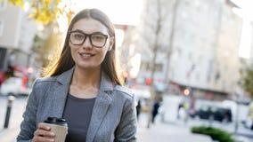 Το πορτρέτο επιχειρηματιών εξετάζει τη κάμερα υπαίθρια Στοκ φωτογραφίες με δικαίωμα ελεύθερης χρήσης
