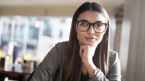 Το πορτρέτο επιχειρηματιών εξετάζει τη κάμερα Στοκ εικόνα με δικαίωμα ελεύθερης χρήσης