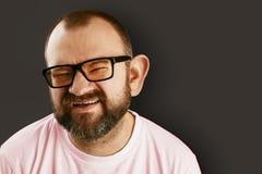 Το πορτρέτο κινηματογραφήσεων σε πρώτο πλάνο ενός ατόμου στα γυαλιά ακούει τις πληροφορίες με το μεγάλο αυτί του Στοκ φωτογραφία με δικαίωμα ελεύθερης χρήσης