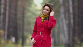 Το πορτρέτο κινηματογραφήσεων σε πρώτο πλάνο μιας όμορφης νέας γυναίκας σε ένα υπόβαθρο του δασικού κοριτσιού φθινοπώρου στο κόκκ απόθεμα βίντεο