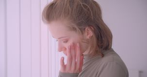 Το πορτρέτο κινηματογραφήσεων σε πρώτο πλάνο του καυκάσιου επαγγελματικού ballerina που στέκεται κοντά στη γρίλληα παραθύρου αρχί απόθεμα βίντεο