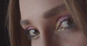 Το πορτρέτο κινηματογραφήσεων σε πρώτο πλάνο του νέου γοητευτικού καυκάσιου σύντομου μαλλιαρού θηλυκού προσώπου με τα μάτια με χα φιλμ μικρού μήκους