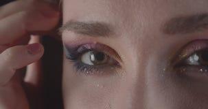 Το πορτρέτο κινηματογραφήσεων σε πρώτο πλάνο του νέου γοητευτικού καυκάσιου σύντομου μαλλιαρού θηλυκού προσώπου με τα μάτια με χα απόθεμα βίντεο