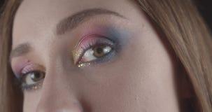 Το πορτρέτο κινηματογραφήσεων σε πρώτο πλάνο του νέου καυκάσιου σύντομου μαλλιαρού θηλυκού προσώπου με τα μάτια με ακτινοβολεί αρ απόθεμα βίντεο