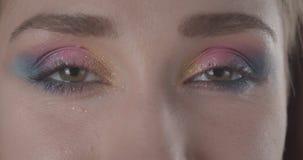 Το πορτρέτο κινηματογραφήσεων σε πρώτο πλάνο του νέου χαριτωμένου καυκάσιου σύντομου μαλλιαρού θηλυκού προσώπου με τα μάτια με ακ φιλμ μικρού μήκους