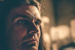 Το πορτρέτο κινηματογραφήσεων σε πρώτο πλάνο ενός σοβαρού νέου αρσενικού hipster με μακρυμάλλη, άτομο κοιτάζει σοβαρά Στοκ φωτογραφίες με δικαίωμα ελεύθερης χρήσης