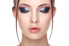 Το πορτρέτο κινηματογραφήσεων σε πρώτο πλάνο ενός όμορφου νέου προτύπου με το όμορφο γοητευτικό makeup, η υγρή επίδραση στο πρόσω στοκ εικόνες