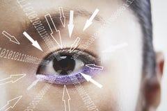 Το πορτρέτο κινηματογραφήσεων σε πρώτο πλάνο της επιχειρηματία με τα δυαδικά ψηφία και το βέλος υπογράφει την κίνηση προς το μάτι Στοκ εικόνα με δικαίωμα ελεύθερης χρήσης