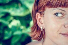 Το πορτρέτο κινηματογραφήσεων σε πρώτο πλάνο της νέας όμορφης γυναίκας σε πράσινο βγάζει φύλλα πίσω Τροπική γυναικεία σκηνή Νησί  Στοκ Εικόνα