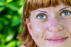 Το πορτρέτο κινηματογραφήσεων σε πρώτο πλάνο της νέας όμορφης γυναίκας σε πράσινο βγάζει φύλλα πίσω Τροπική γυναικεία σκηνή Νησί  Στοκ εικόνες με δικαίωμα ελεύθερης χρήσης