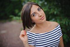 Το πορτρέτο κινηματογραφήσεων σε πρώτο πλάνο του α η μαλλιαρή νέα γυναίκα στο πάρκο στοκ φωτογραφία με δικαίωμα ελεύθερης χρήσης