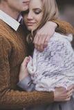 Το πορτρέτο κινηματογραφήσεων σε πρώτο πλάνο του όμορφου νέου ζεύγους που αγκαλιάζει, αγαπά κάθε ot στοκ φωτογραφία