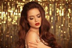 Το πορτρέτο κοριτσιών μόδας ομορφιάς που απομονώνεται στα χρυσά Χριστούγεννα ακτινοβολεί υπόβαθρο φω'των bokeh Γοητεία makeup Χρυ στοκ φωτογραφία με δικαίωμα ελεύθερης χρήσης