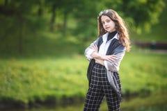 Το πορτρέτο λίγου όμορφου μοντέρνου κοριτσιού παιδιών με τα γυαλιά ηλίου και το κοντό καρό ασθμαίνει στην αστική οδό πόλεων στοκ φωτογραφία με δικαίωμα ελεύθερης χρήσης