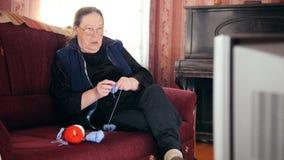 Το πορτρέτο μιας ανώτερης τηλεόρασης προσοχής γυναικείων σπιτιών πλέκει τις κάλτσες μαλλιού απόθεμα βίντεο