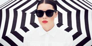 Το πορτρέτο μιας αρκετά νέας γυναίκας στο λευκό και γυαλιά ηλίου με τα φωτεινά χρωματισμένα χείλια στοκ εικόνα