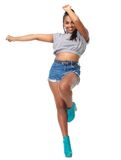 Το πορτρέτο μιας εύθυμης νέας κυρίας στο χορό θέτει στοκ φωτογραφία με δικαίωμα ελεύθερης χρήσης
