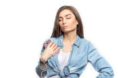 Το πορτρέτο μιας νέας γυναίκας brunette που ακούει τη μουσική με τα μάτια της έκλεισε στο άσπρο κλίμα, που απομονώθηκε στοκ φωτογραφίες με δικαίωμα ελεύθερης χρήσης