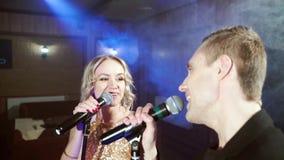 Το πορτρέτο μιας νεολαίας συνδέει το τραγούδι με ένα μικρόφωνο σε έναν απόθεμα βίντεο