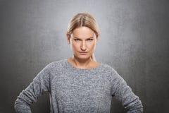 Το πορτρέτο μιας πολύ ακριβούς γυναίκας εξετάζει τη κάμερα Στοκ Εικόνες