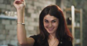 Το πορτρέτο μιας χαρισματικής κυρίας που φαίνεται ευθείας στη κάμερα και παίρνει τις καλές ιδέες στο μυαλό της που με τα χέρια απόθεμα βίντεο