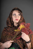 Το πορτρέτο μιας όμορφης σκοτεινός-μαλλιαρής γυναίκας με ένα μαντίλι στο κεφάλι και το φθινόπωρό της φεύγει Στοκ εικόνα με δικαίωμα ελεύθερης χρήσης