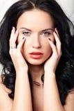 Το πορτρέτο μόδας μόδας μιας όμορφης γυναίκας με το πρόσωπο ομορφιάς και το καθαρό πρόσωπο ξεφλουδίζουν, γοητεία makeup, πράσινα  στοκ εικόνες με δικαίωμα ελεύθερης χρήσης