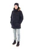 Το πορτρέτο μόδας του νέου όμορφου ατόμου στο μαύρο χειμερινό σακάκι είναι στοκ εικόνες