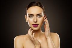Το πορτρέτο ομορφιάς γυναικών, τα χείλια Makeup και τα καρφιά, φροντίδα δέρματος αποτελούν στοκ φωτογραφία
