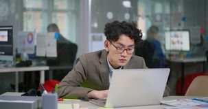 Το πορτρέτο ο ασιατικός προγραμματιστής απόθεμα βίντεο