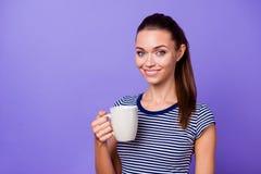 Το πορτρέτο που γοητεύει τη συμπαθητική καυτή μυρωδιά ποτών χεριών λαβής γυναικείων χιλιετή ριγωτή μπλουζών αισθάνεται το βέβαιο  στοκ εικόνα με δικαίωμα ελεύθερης χρήσης