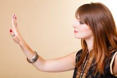 Το πορτρέτο προσανατολίζει το κορίτσι με το makeup και armlet Στοκ Φωτογραφία