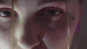 Το πορτρέτο προσώπου του νέου αισθησιακού κοριτσιού με ακτινοβολεί στο πρόσωπο απόθεμα βίντεο