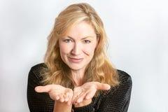 Το πορτρέτο στούντιο της υγιούς ευτυχούς μέσης ηλικίας γυναίκας διανέμει Στοκ Εικόνα
