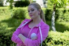 Το πορτρέτο της γυναίκας ρόδινος αθλητισμός ταιριάζει στο πάρκο Στοκ εικόνα με δικαίωμα ελεύθερης χρήσης