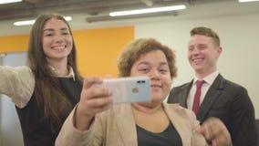 Το πορτρέτο της γυναίκας στην επίσημη ένδυση μιλά από το κινητό τηλέφωνοης της απόθεμα βίντεο