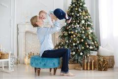 Το πορτρέτο της ευτυχούς μητέρας και το λατρευτό μωρό γιορτάζουν τα Χριστούγεννα Στοκ φωτογραφία με δικαίωμα ελεύθερης χρήσης