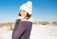 Το πορτρέτο της ευτυχούς νέας γυναίκας έχει τη διασκέδαση στο χειμώνα Στοκ Εικόνες